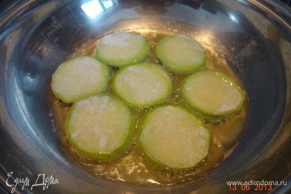 Баклажаны промыть, обсушить от лишней влаги, на разогретой сковороде обжарить кабачки и баклажаны до полуготовности, можно предварительно обвалять в муке.