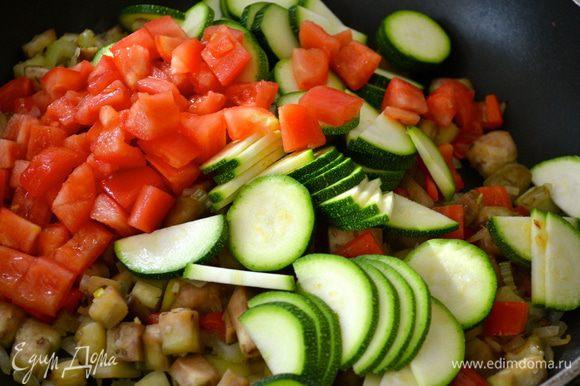 Затем выложить также заранее подготовленные цуккини и помидоры на сковороду.