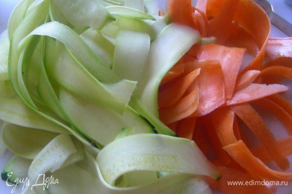 С помощью овощерезки делаем ленты из моркови и кабачка.