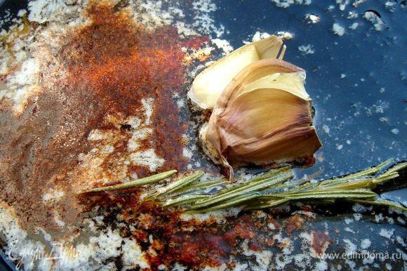 В небольшой сковороде разогреть оливковое и сливочное масло, добавить в него раздавленный чеснок, паприку и веточку розмарина. Прогреть так, чтобы масло впитало все ароматы. Сковороду снять с огня и немного остудить масло. Удалить чеснок и розмарин.