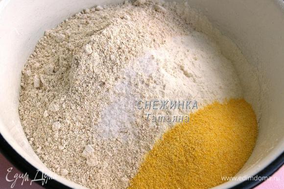 В миске смешиваем овсяную, кукурузную и пшеничную муку. Пшеничную муку я просеяла через сито. Добавляем 0,5 ст.л. соли. Перемешиваем.