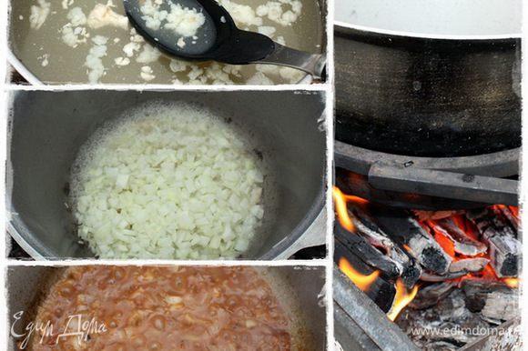 Собираем жир с поверхности бульона и в котелок его. Туда же и лук. Тушим лучок минуток пятнадцать. Конечно, придется добавить ещё бульончику. С огнем не переусердствуйте – есть опасность спалить лук.