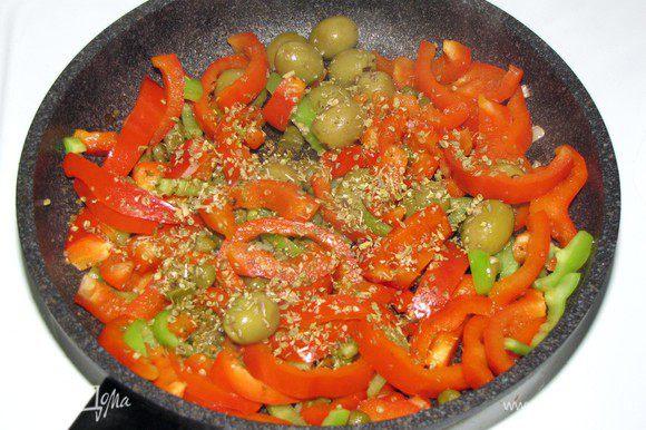 Добавьте оливки , каперсы (предварительно промыть и слить воду), большую щепотку орегано и чуть-чуть соли.
