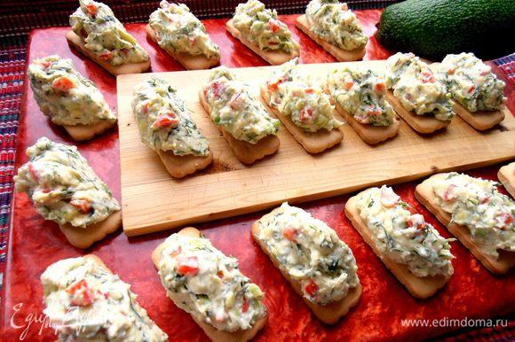 Распределяем охлажденную творожную массу по ложечке на печенье... Или отправляем потом так в холодильник!