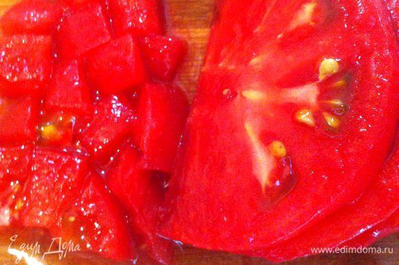 Взять половину помидоров. Сделать надрез крест-накрест, опустить под кипяток на 30-40 секунд. Снять кожицу порубить мелко как перец.