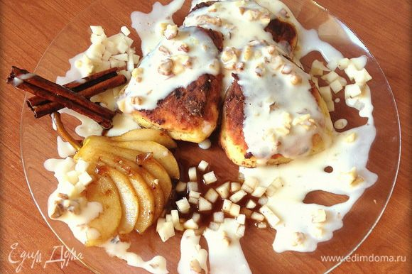 Выложить сырники на тарелку, полить сливочным соусом, украсить грушей и палочками корицы. Приятного аппетита!