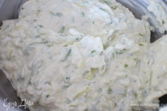 Добавить сливочный сыр, соус Бешамель, твёрдый сыр, половину пармезана, яйцо, соль, перец и тщательно перемешать до однородного состояния.