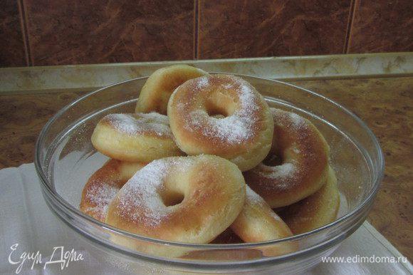 Присыпаем сахарной пудрой и сразу подаем на стол. Пончики всегда особенно хороши при подаче на стол горячими – как говорится, с пылу, с жару.
