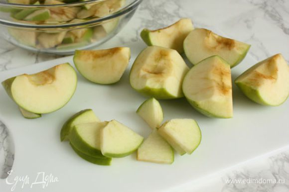 Нарежьте кусочки яблок тонкими ломтиками.
