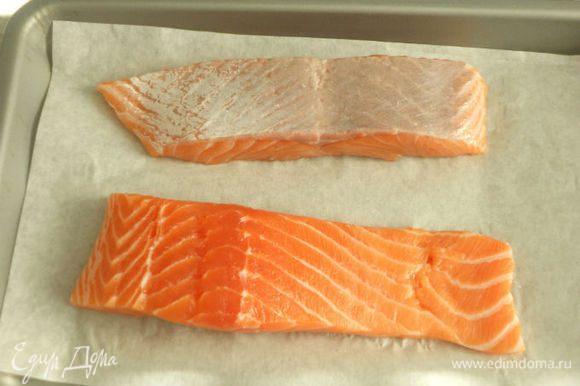 Филе лосося запеките под разогретым грилем в течении 6-7 минут. (Можно отварить в кипящей воде с добавлением лаврового листа и соли.)