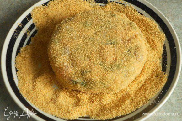 Нагрейте на среднем огне масло в сковороде. Поочерёдно обваляйте каждый пирожок в муке, затем обмакните в яйцо и в панировочных сухарях.