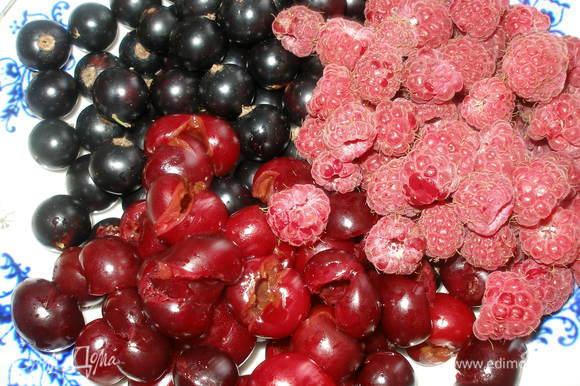 Ягоды вымыть и просушить, из вишни удалить косточки.