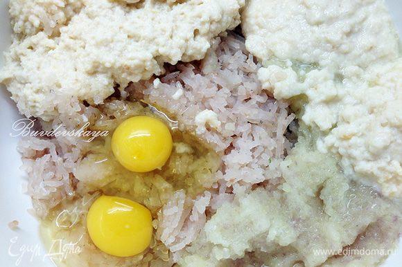 В фарш добавить яйца и размоченную мякоть батона.