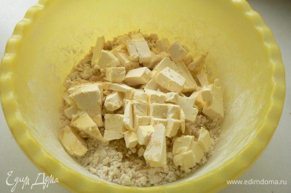 Добавить холодное, нарезанное кубиками масло и снова все растереть в крошку. Влить ледяную воду.