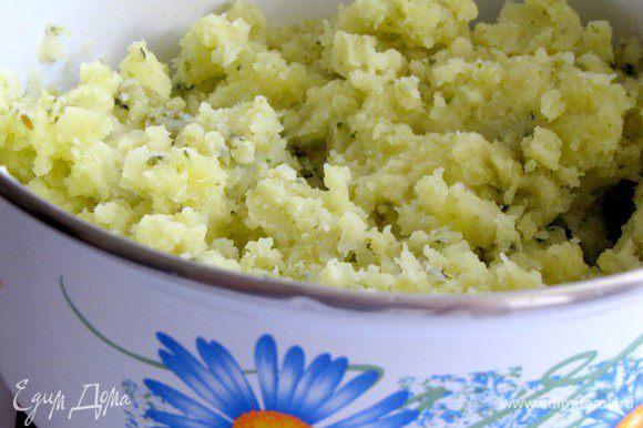 Отварить картофель в подсоленой воде. Воду слить, картофель потолочь вместе с брокколи. Добавить теплое молоко и сливочное масло по вкусу. Хорошо перемешать.