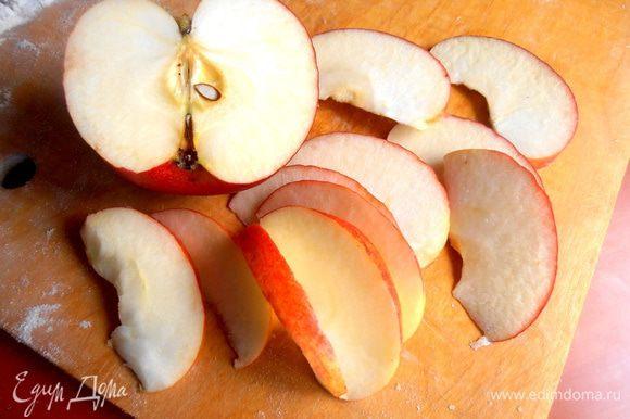 Яблоко очищаем от сердцевины и нарезаем на ломтики...