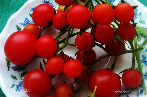 Хвастаюсь))))))))))))))))))))))) Сегодняшний салат из помидоров, выросших на моем импровизированном огороде на балконе)))))))))))) Помидоры помыть и порезать пополам.