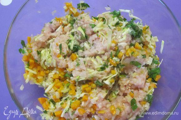 Перемешать куриный фарш, обжаренные лук и морковь, кабачок и мелко нарезанную зелень. Посолить, поперчить. Можно добавить любые приправы. Тщательно перемешать.