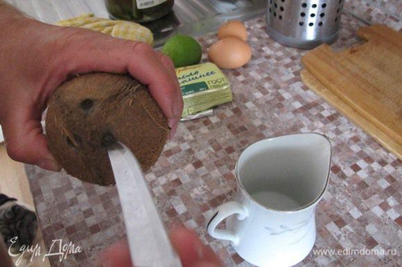 """Но один вам удастся проткнуть довольно легко, и из него вытечет мутная белесая жидкость, которая собственно и является кокосовым молоком. переверните кокос на бок, и на """"экваторе"""", в одном месте, острой частью молотка нанесите несколько ударов. Затем ударьте в это место посильней, и кокос развалится на две половины. С помощью ножа вырежьте мякоть вместе с коричневой корочкой. И натрите ее на терке, стараясь, чтобы коричневая корка не попала в натертый кокос. В принципе, она съедобна, просто выглядит не эстетично. Натертый кокос смешайте с сахарной пудрой."""