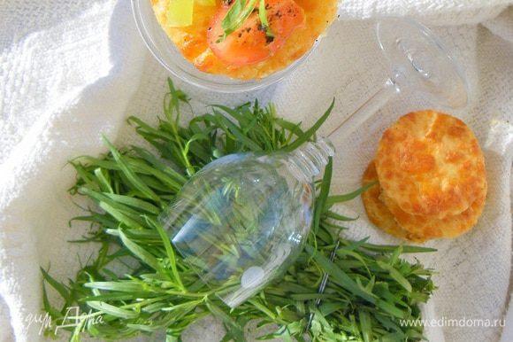 Наш салат можно подавать как минимум тремя способами: сборка первая -фуршетная: на сырную печенюшку выкладываем одну-две чайных ложки салата.