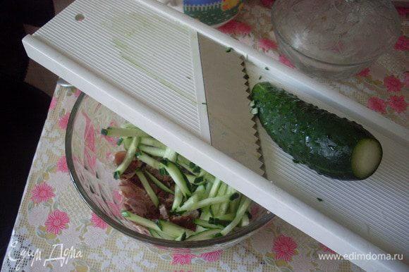 Натереть на корейской терке для крупных брусочков или нарезать огурцы, насыпать красный перец.
