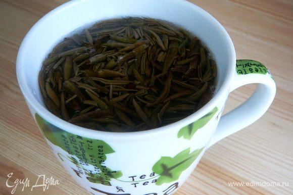 Зеленый чай залить кипятком и слить эту воду. Залить повторно водой 70-80 градусов и заварить чай. Процедить...