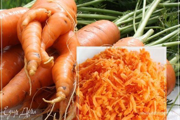 Морковка. Один известный кулинарный гуру утверждает, что морковка корнеплод, т.е. вырастя в земле, оной пахнет, я морковку в этом супе использовать буду. У меня привычка такая – всяческие безумные авторитетные утверждения с житейской зрения совершенно абсурдные, во внимание не брать и пользоваться своим опытом. Вот какая красавица выросла на огороде. Мы ее, конечно, вымоем, почистим, а потом на крупной терке натрем.