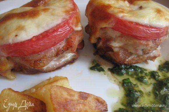 На тарелку выложить запеченную свинину, картофель, соус. Подавать немедленно. Приятного аппетита!