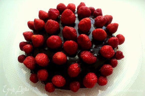 Шоколад растопить на водяной бане вместе с 2 ст. ложками сливок, размешать. Полить шоколадной массой корж и поставить в холодильник. Клубнику помыть, удалить плодоножки, высушить. Уложить клубнику на политый шоколадом корж.