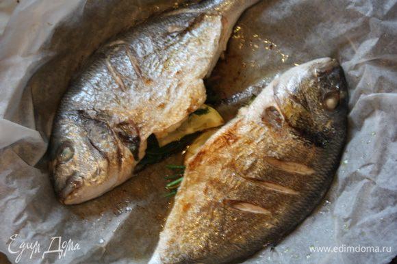 После этого на том же пергаменте перекладываем в форму для выпечки (или глубокий противень) и отправляем на 5 минут в духовку. Все,рыбка готова!