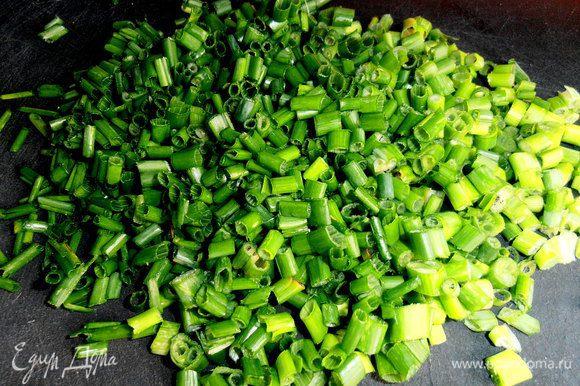 Большой пучок тонкого лука нарезаем как на салат...