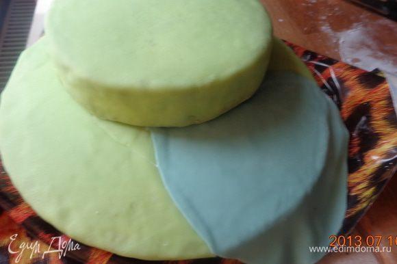 Раскатать часть синей мастики и уложить ее между зеленой. Так же сделать и средний корж.