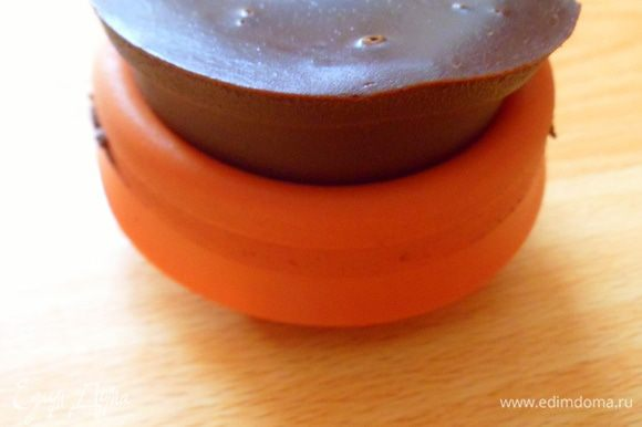застывший десерт осводождаем от форм аккуратно, т.к. шоколад нежный как мусс получается