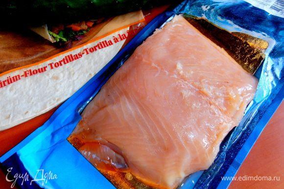 Малосольный лосось вынимаем из вакумной упаковки...