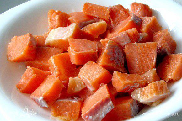 Филе лосося без кожи нарежьте не слишком мелкими кубиками и переложите в глубокую тарелку.