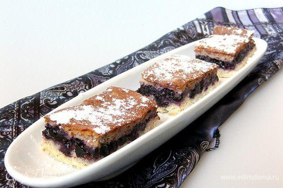 Противень с пирогом достать из духовки, остудить и осторожно отделить ножом от рамки. Пирог посыпать сахарной пудрой и нарезать на порции. Это так вкусно! Приятного аппетита!
