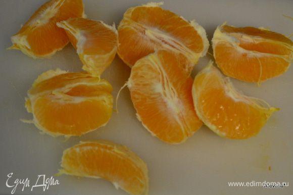 Апельсин очистить от кожуры и косточек.