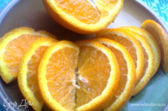 Далее разрезаем апельсин пополам... Или другой фрукт, какой есть под рукой)))