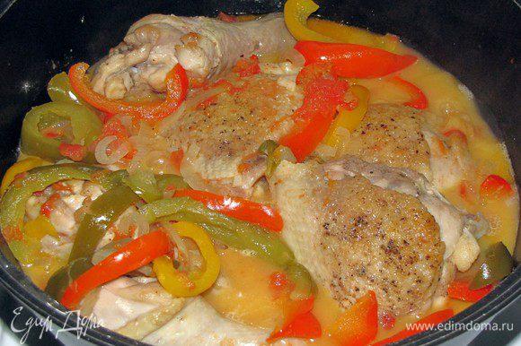 Далее добавляем курицу в сковороду, солим, перчим и аккуратно перемешиваем с овощами, накрываем крышкой и тушим еще 15-20 минут или до готовности курицы.