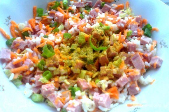 Перемешиваем, добавляем соль и овощную приправу, например, хмели-сунели...