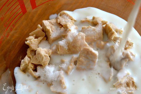 К дрожжам положить сахар и влить 150 мл теплого молока.