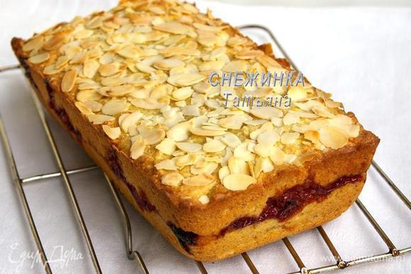 Ставим кекс выпекаться в разогретую до 180С духовку на 30 минут. Даём постоять 5 минут и вынимаем из формы.