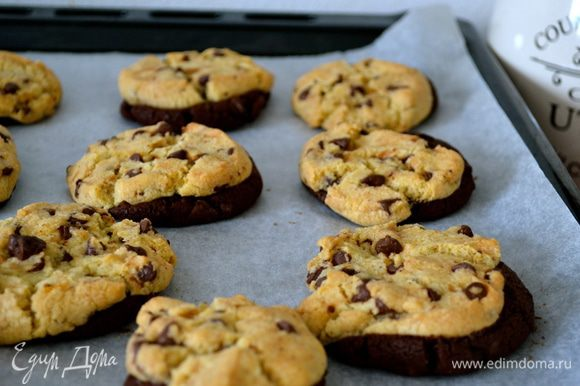 Выпекать печенье в разогретой духовке 12-15 минут. Готовое печенье достать из духовки, дать полежать минут 5 на противне...