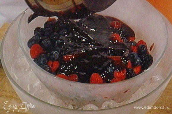 Ягоды выложить в миску, которую поместить на ледяную баню. Так ягоды останутся максимально свежими. Залить горячим сиропом