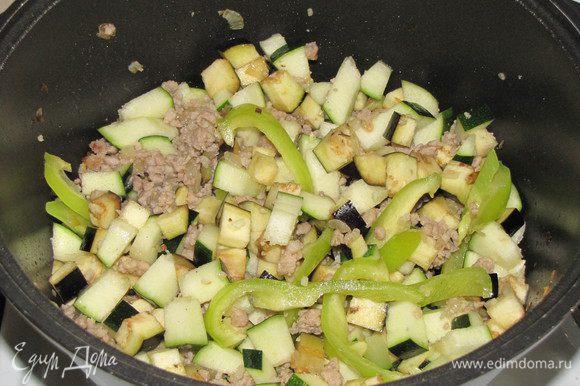 Приправить перцем, добавить нарезанные овощи и белое вино. Убавить огонь и тушить 10 минут.