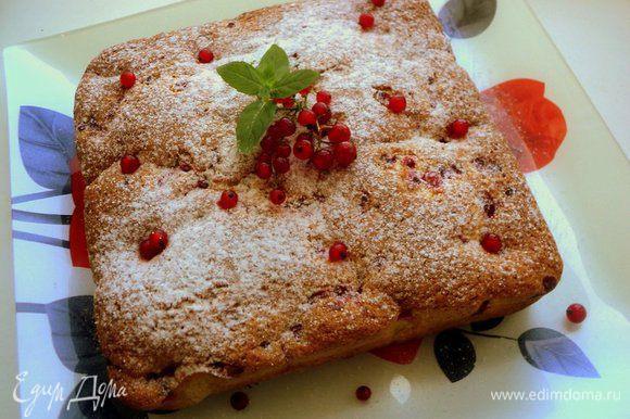 Выпекать при температуре 180 градусов, 40-45 минут. Охладить пирог на решетке. Сверху пирог посыпать сахарной пудрой.