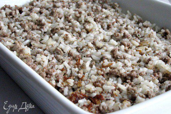 Затем слой подготовленного мяса с рисом.