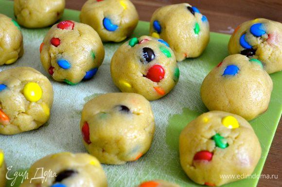 """У Вас получится 18 шариков, если Вы хотите получить большое печенье, так называемое """"гигантское""""! Или 36 шт. маленьких шариков, из которых получится 36 маленьких печенюшек."""