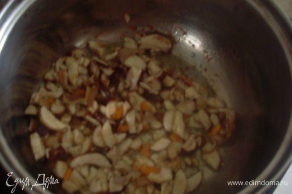 Добавить нарезанные белые грибы и тушить до готовности.