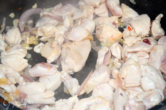 затем добавляем мясо и жарим все вместе... Поплывут чудесные ароматы.